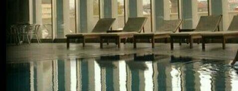 Hilton Hotel Swimming Pool is one of Orte, die . gefallen.
