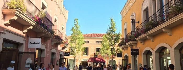 La Roca Village is one of Lugares favoritos de Janeth.
