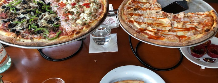 Russos Pizzeria is one of Lugares favoritos de Shereef.