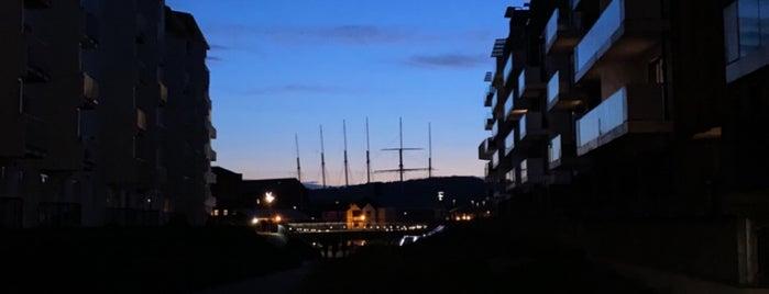 Harbourside is one of Lugares favoritos de Gina.