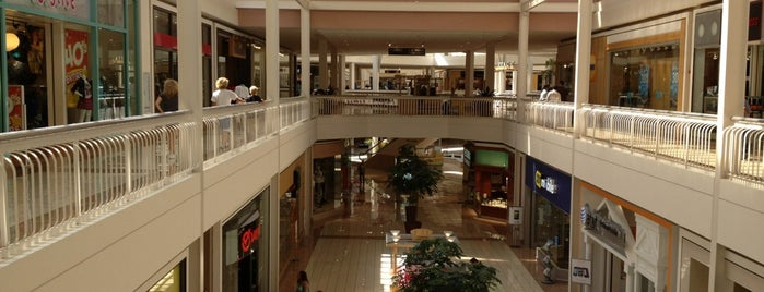 Collin Creek Mall is one of Lugares favoritos de Zarahi.
