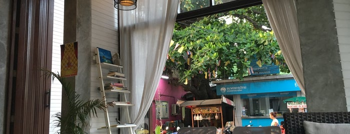 Coffee House is one of สถานที่ที่ Tom ถูกใจ.