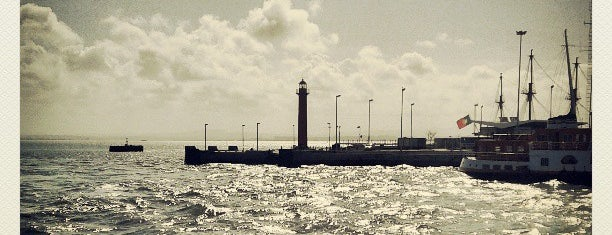 Farol de Cacilhas is one of Faros.
