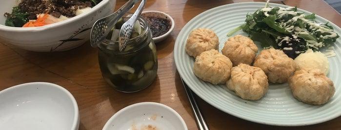 Mandoo Korean Dumplings is one of สถานที่ที่บันทึกไว้ของ William.