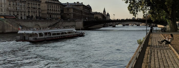 Berges de Seine –Rive droite is one of Richardさんのお気に入りスポット.