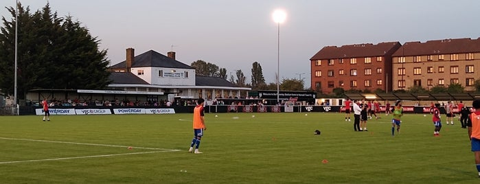 Hanwell Town FC is one of Carlさんのお気に入りスポット.