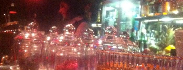 Slow Barcelona Cocktails & Boîte is one of สถานที่ที่ Carolina ถูกใจ.