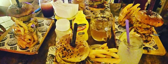 El 4to beer and burger depot is one of Lieux qui ont plu à Jose Joaquin.