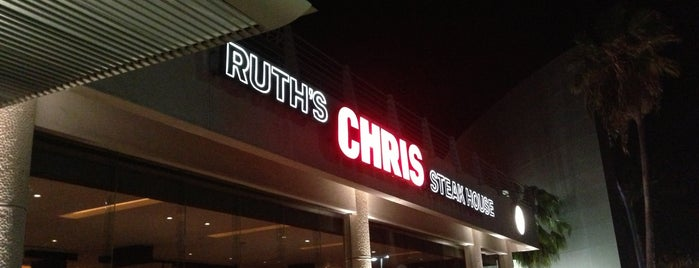 Ruth's Chris Steak House is one of Tempat yang Disukai Daniela.