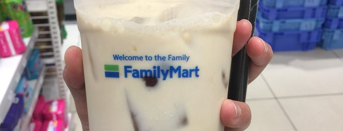 Family Mart is one of Posti che sono piaciuti a Rahmat.