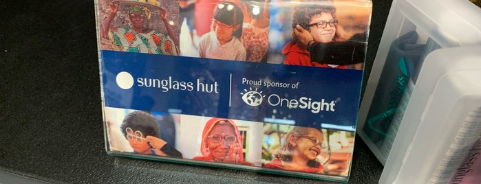 Sunglass Hut is one of Lugares favoritos de JoAnn.
