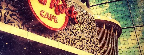 Hard Rock Café is one of Tempat yang Disukai Deniz.