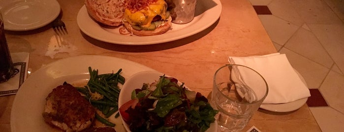 The Cheesecake Factory is one of Lieux qui ont plu à Nora.