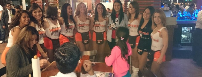 Hooters is one of Locais curtidos por Mayte.
