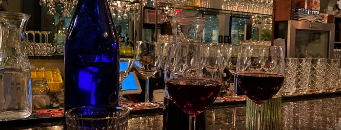 Julia's Beer & Wine Bar is one of Lugares guardados de armin.