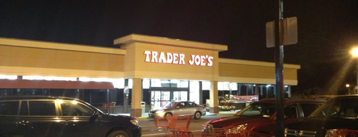 Trader Joe's is one of Orte, die Ashley gefallen.