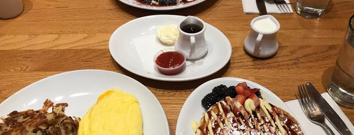 Wildberry Pancakes & Cafe is one of Locais curtidos por Michael.