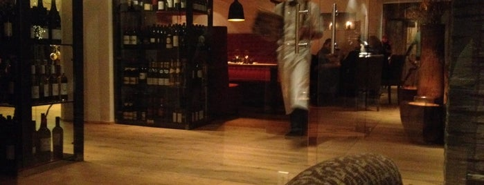 Woods Kitchen & Bar is one of Tempat yang Disukai Veronika.