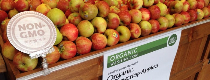 Whole Foods Market is one of Locais salvos de Bill.