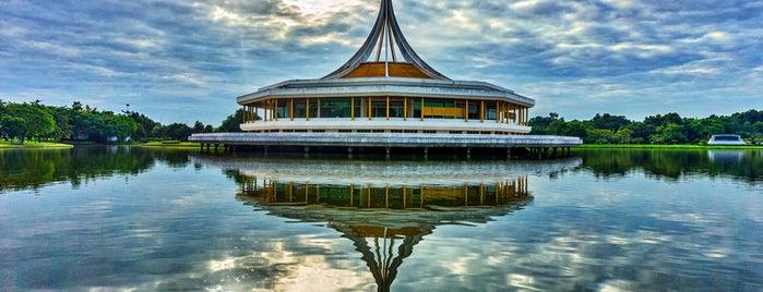 Suanluang Rama IX is one of Locais curtidos por Dale.