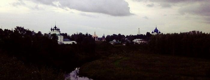 Скамейки на крутом берегу Каменки is one of Суздаль.