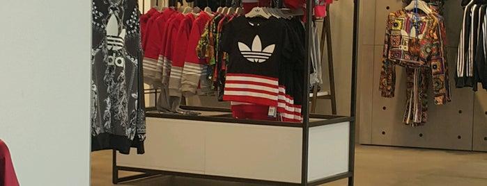 adidas is one of สถานที่ที่ Rania ถูกใจ.