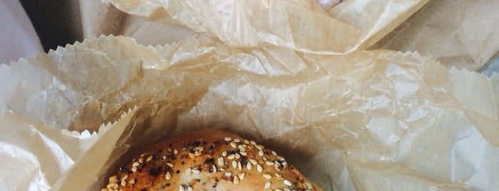 H&H Midtown Bagels East is one of Lieux qui ont plu à VickyisaStar.