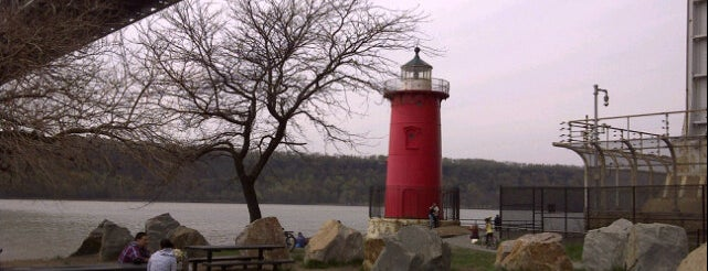 Little Red Lighthouse is one of Lugares favoritos de Carl.