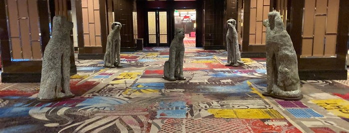 Doggystyle Statues At The Cosmo is one of Tempat yang Disukai Deanna.