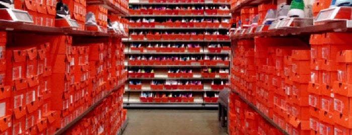 Nike Factory Store is one of Lugares favoritos de Moe.
