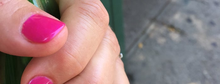Lulu's Nails is one of Locais curtidos por courtney.