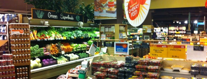 Whole Foods Market is one of Locais curtidos por Angel.