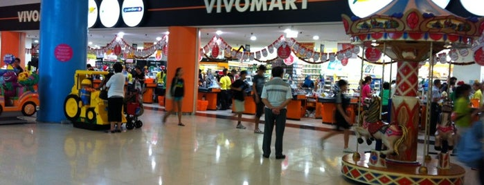 Giant Hypermarket is one of le 4sq with Donald :].