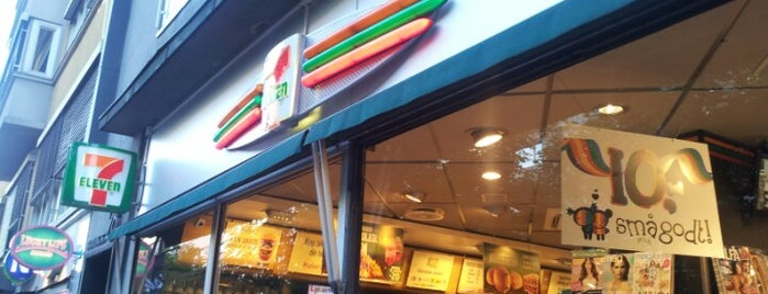 7-Eleven is one of Matthewさんのお気に入りスポット.