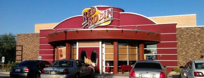 Red Robin Gourmet Burgers and Brews is one of Lugares guardados de Joe.