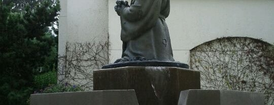 Yoda Fountain is one of San Francisco Shopping & Snacking!.