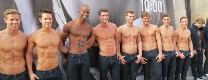 Abercrombie & Fitch is one of Locais curtidos por Leonard.