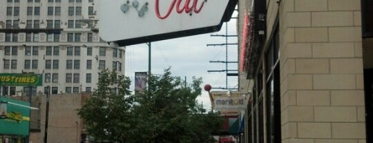 Fat Cat Bar & Grill is one of Lugares favoritos de Julie.