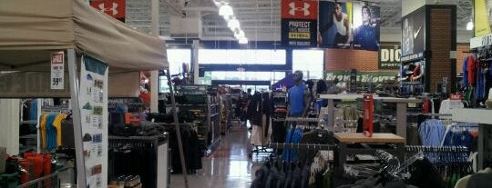 DICK'S Sporting Goods is one of Lugares favoritos de Cherylyn.