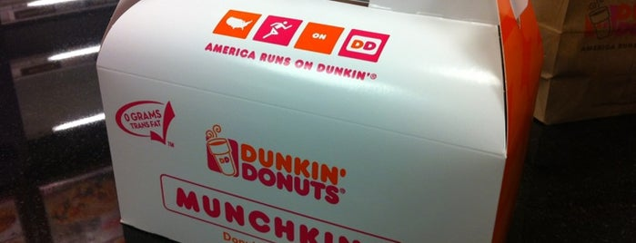 Dunkin' is one of Locais curtidos por Kenney.