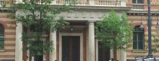 ELTE BTK Főépület is one of Orte, die Alex gefallen.