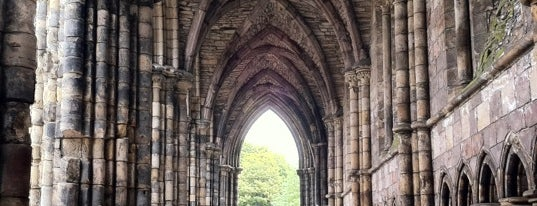 Holyrood Abbey is one of Edinburgh mit Mum.