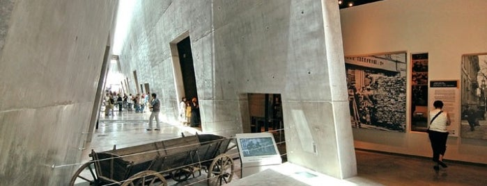 Holocaust History Museum is one of Museus.