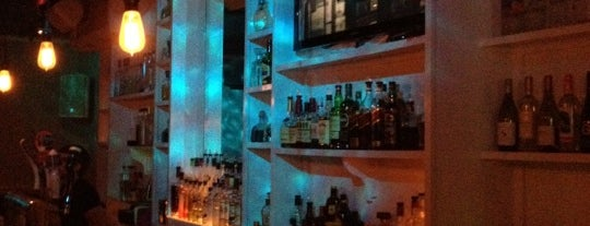 Bar-tini Ultra Lounge is one of Tempat yang Disukai Sam.