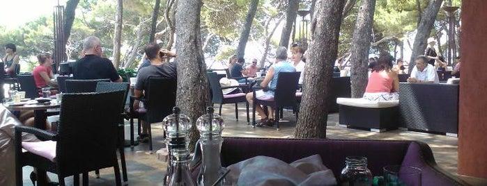 Mediteranium Lounge Bar & Restaurant is one of Lieux sauvegardés par Viktor.