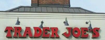 Trader Joe's is one of สถานที่ที่ CJ ถูกใจ.