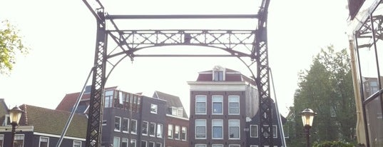 Oranjebrug (Brug 146) is one of De Jordaan 1/2.