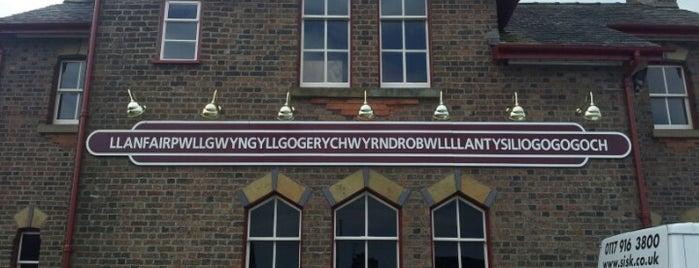 Llanfairpwllgwyngyllgogerychwyrndrobwllllantysiliogogogoch Railway Station (LPG) is one of Lugares favoritos de Carl.