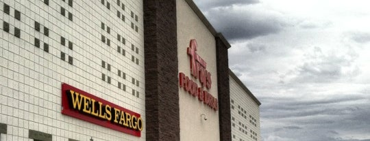 Fry's Food Store is one of Eyþór's Liked Places.