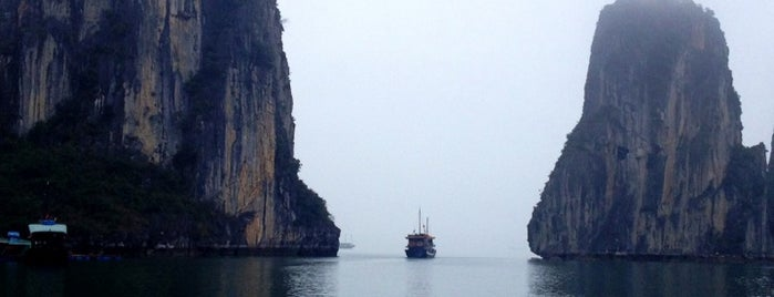 Vịnh Hạ Long (Ha Long Bay) is one of wonders of the world.